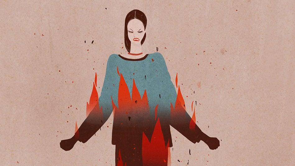 mujer con rabia simbolizando cómo gestionar la ira