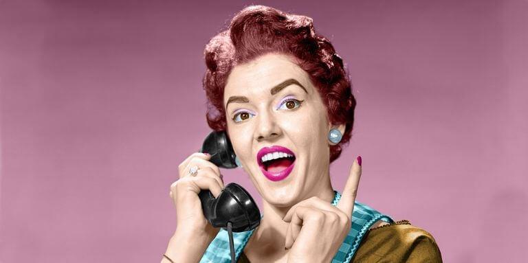 mujer al teléfono representando a los hijos adultos de madres controladoras