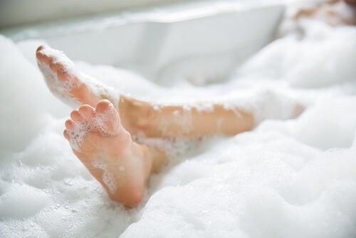 Mujer dándose un baño relax