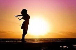 mujer al amanecer superando la crisis de la mediana edad