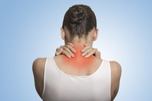Mujer con dolor en el cuello y la espalda simbolizando los síntomas de depresión