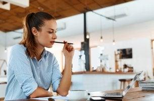 Mujer estudiando en una cafetería