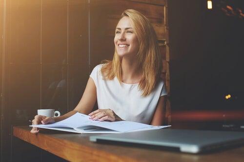 Mujer pensando en los beneficios de encontrar la felicidad en el trabajo