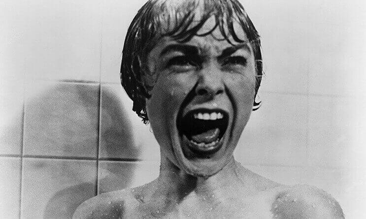 Mujer gritando en la ducha