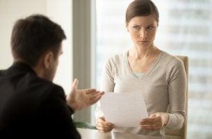 Mujer haciendo una entrevista de selección de personal para representar el efecto horn