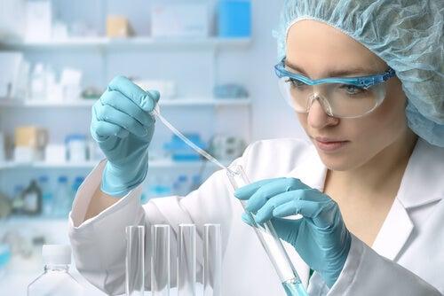 Mujer haciendo manipulación genética