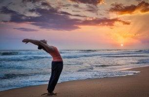 Mujer haciendo el saludo al sol