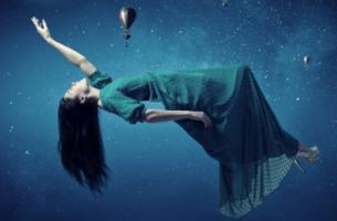 Mujer levitando