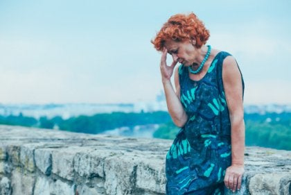Mujer mayor preocupada por divorcio en la vejez
