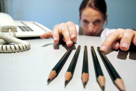 Mujer ordenando lápices