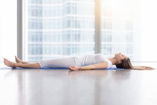 Mujer practicando yoga nidra