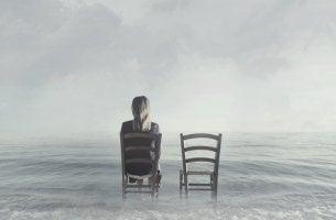 Mujer sentada en una silla para representar el miedo a quedarse soltero