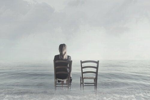 Mujer sentada en una silla para representar el caso Aimée