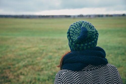Mujer sintiendo nostalgia por su ciudad o homesickness