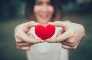 Mujer sujetando un corazón