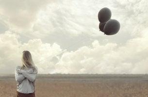 Mujer sujetando un globo negro
