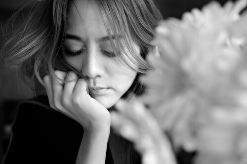 Mujer triste pensando en decir adiós