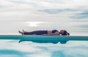 Mujer tumbada haciendo yoga nidra