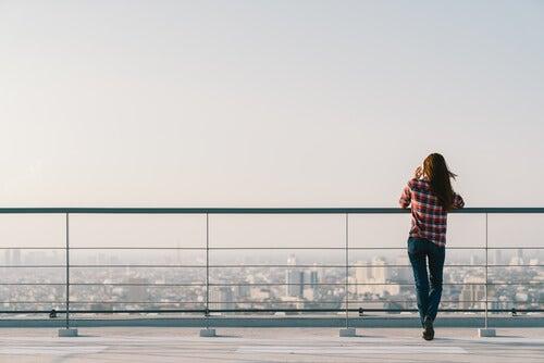 Mujer viendo la ciudad desde alto