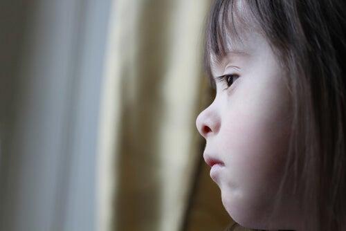 Niña con síndrome de down triste