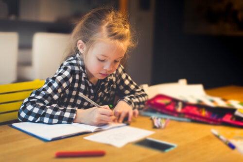 Niña haciendo sus deberes