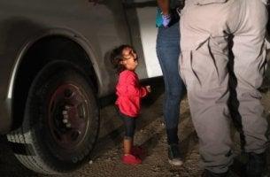 Niña llorando porque se separa de sus padres