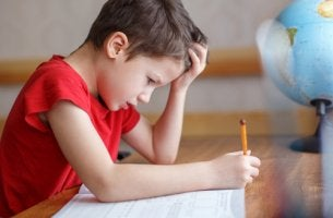 Niño agobiado por ansiedad a las matemáticas