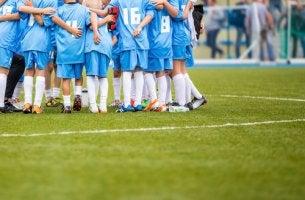 Niños reunidos en el campo de fútbol