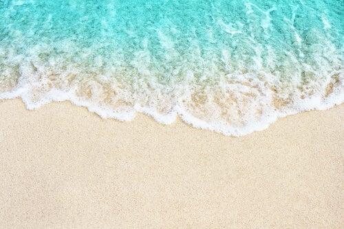 Ola desvaneciéndose en la arena