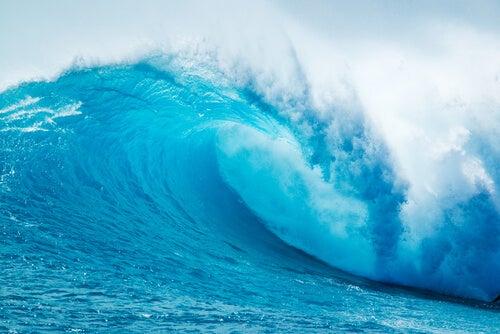 Ola muy grande para representar la metáfora de las olas en la playa