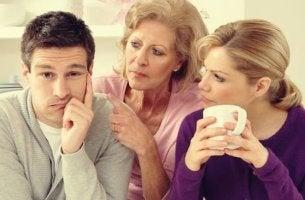 pareja con suegra simbolizando cuando la familia afecta a la relación de pareja