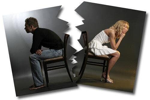 Pareja dándose la espalda por conflicto