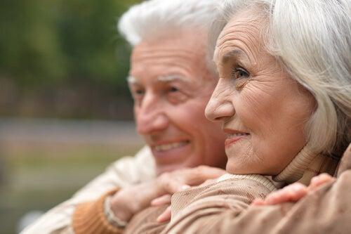 Pareja de personas mayores felices al trabajar la terapia de reminiscencia