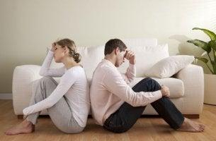 pareja sentada de espaldas simbolizando los factores que acaban con el amor de pareja