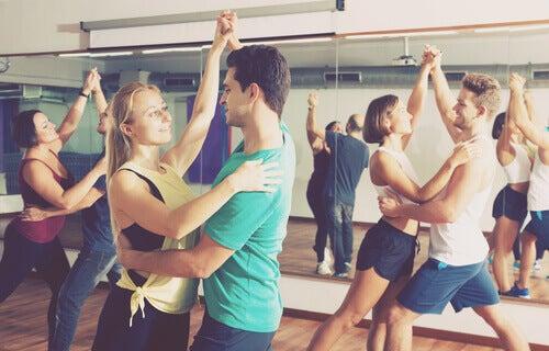 Parejas bailando en el gimnasio