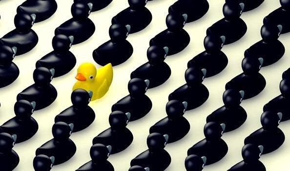 Pato amarillo que destaca simbolizando el síndrome de alta exposición