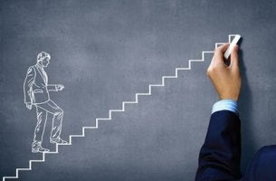 Persona dibujando un trabajador subiendo escaleras para representar la motivación laboral para representar la teoría de la autodeterminación
