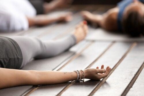 Personas haciendo yoga nidra
