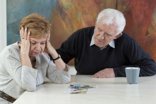 Personas mayores discutiendo