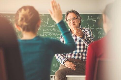 Profesor señalando a una alumna