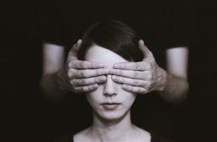 Chica con los ojos tapados para representar que somos irracionales