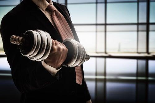 Trabajador con una pesa para representar la resiliencia en el trabajo
