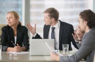 Trabajadores discutiendo generando un ambiente laboral tóxico