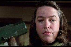Annie Wilkes con un martillo