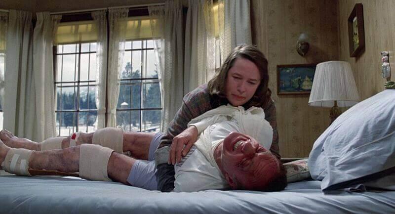 Annie Wilkes con su victima