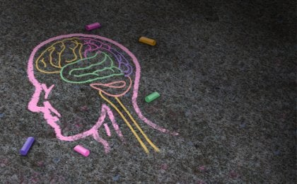 Dibujo de una cabeza con cerebro a tiza para representar la discapacidad intelectual