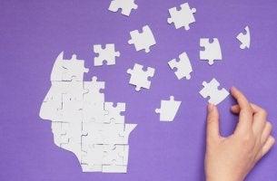 Cabeza con piezas de puzzles