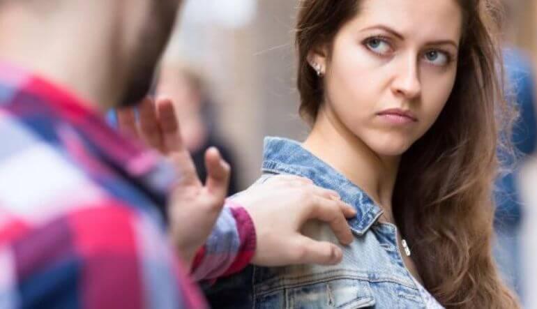 chica que pide respetar los límites personale