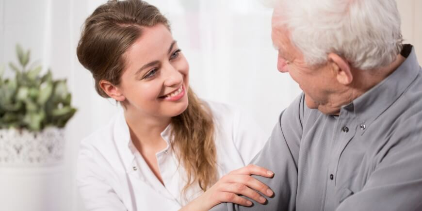 psicogerontólogo con un anciano