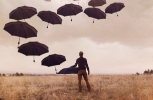 Chico ante paraguas